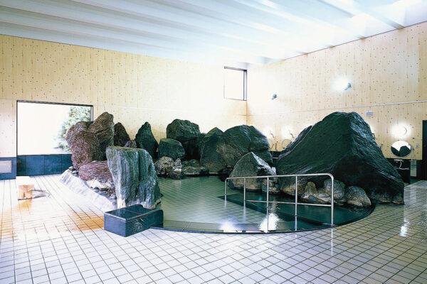 入浴に安全なスロープ付お岩風呂(大湯)